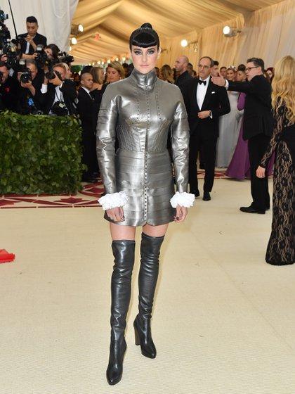 Shailene Woodley fue una de las más criticadas en las redes sociales por el extravagante diseño que eligió para la ocasión. Unas botas bucaneras en negro metalizado y un traje firmado por Ralph Lauren en plateado