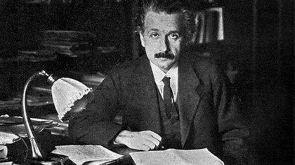 Albert Einstein siempre vestía de gris. El frondoso bigote negro lo acompaño desde muy joven  162