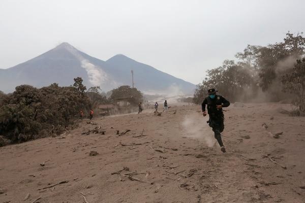 Un policía huye tras una nueva erupción de material piroclástico (Reuters/ Luis Echeverria)