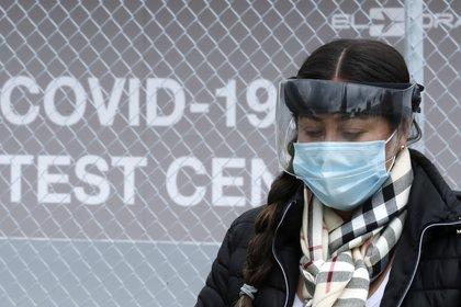 Una mujer pasa frente al laboratorio Synlab en Bogotá (Colombia). EFE/ Mauricio Dueñas Castañeda/Archivo
