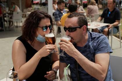 Una pareja bebe cerveza en una terraza de Madrid (Reuters)