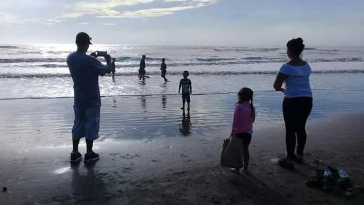 Brisa pudo conocer el mar gracias al esfuerzo de un grupo solidario que ayudó a que toda la familia pueda conocer el mar. La Ley Brisa genera mejores horizontes para los hijos de las mujeres asesinadas por violencia machista.
