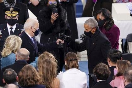 Joe Biden saluda a Barack Obama en el día de su asunción como presidente, 20 de enero de 2021 (Kevin Dietsch/Pool via REUTERS)