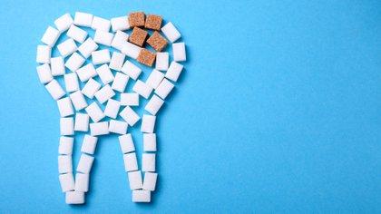 Una alimentación rica en azúcares y carbohidratos, sumado a la ingesta de bebidas isotónicas predisponen a quienes practican deporte a desarrollar caries (Shutterstock)