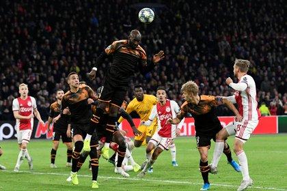 Futbolista francés-belga de origen congoleño, militó en Standard Lieja, Porto, Manchester City, Everton y su equipo actual es el Valencia. Debutó en la selección francesa Sub-21 en 2010 y formó parte de la lista final para la Copa Mundial de 2014. Foto: REUTERS/Piroschka van de Wouw