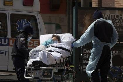 FOTO DE ARCHIVO: Un paciente es llevado del Centro Médico Wyckoff Heights a una ambulancia durante el brote de coronavirus en el distrito de Brooklyn, en Nueva York. 7 de abril de 2020. REUTERS/Stefan Jeremiah