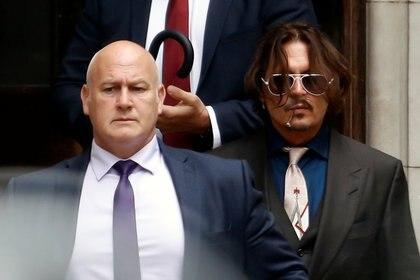 """Johnny Depp negó ser un """"monstruo"""" que golpeó a su ex esposa, la actriz Amber Heard por haberse burlado de uno de sus tatuajes, durante su testimonio el miércoles, en el segundo día de su juicio contra el tabloide The Sun en Londres (Reuters)"""
