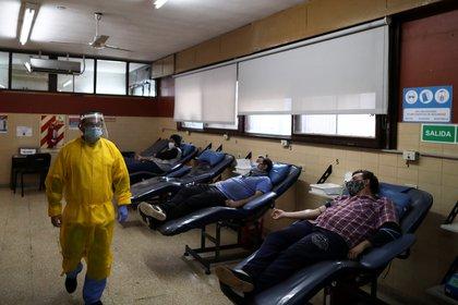 Un trabajador de la salud supervisa la donación de plama en el Instituto de Hemoterapia de la Provincia de Buenos Aires, en La Plata. REUTERS/Agustin Marcarian