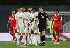 Era penal para el Real Madrid, pero se lo dieron al Sevilla: la singular decisión del VAR en la definición de La Liga de España