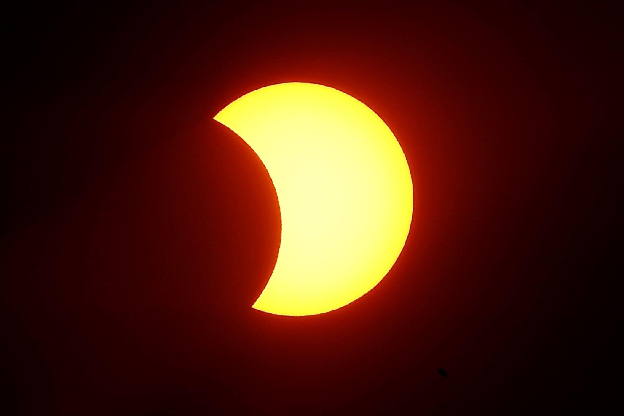 Un eclipse solar se produce cuando la Luna se sitúa entre el Sol y la Tierra, lo que bloquea la luz solar y proyecta la sombra lunar sobre la superficie terrestre. EFE/Sebastiao Moreira/Archivo