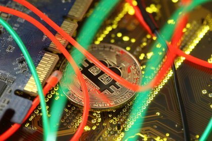 Representación de Bitcoin sobre placa madre de computador, 3 febrero 2018. REUTERS/Dado Ruvic