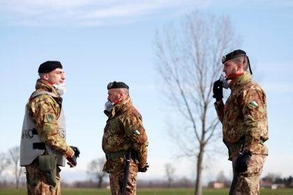 Miembros el ejército italiano con barba utilizan mascarillas (Reuters/ Yara Nardi)