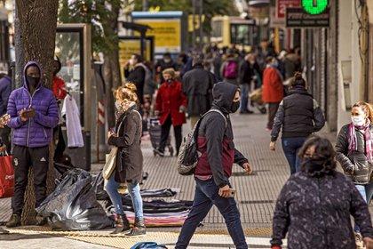 El relajamiento de actividades y en consecuencia la mayor circulación de personas en la calle hacen que el número de casos y fallecidos venga aumentando progresivamente (Shutterstock/EFE)