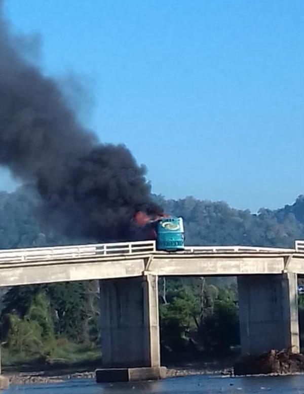Criminales usaron un camión de pasajeros para bloquear un puente vehicular (Foto: @jaliscoesuno)