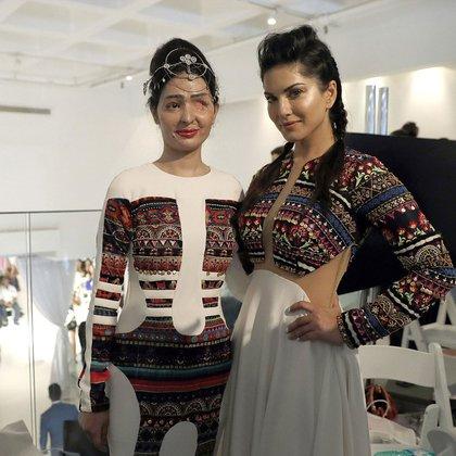 Reshma Qureshi junto a la actriz Sunny Leone antes de desfilar y conmover al público (AP)