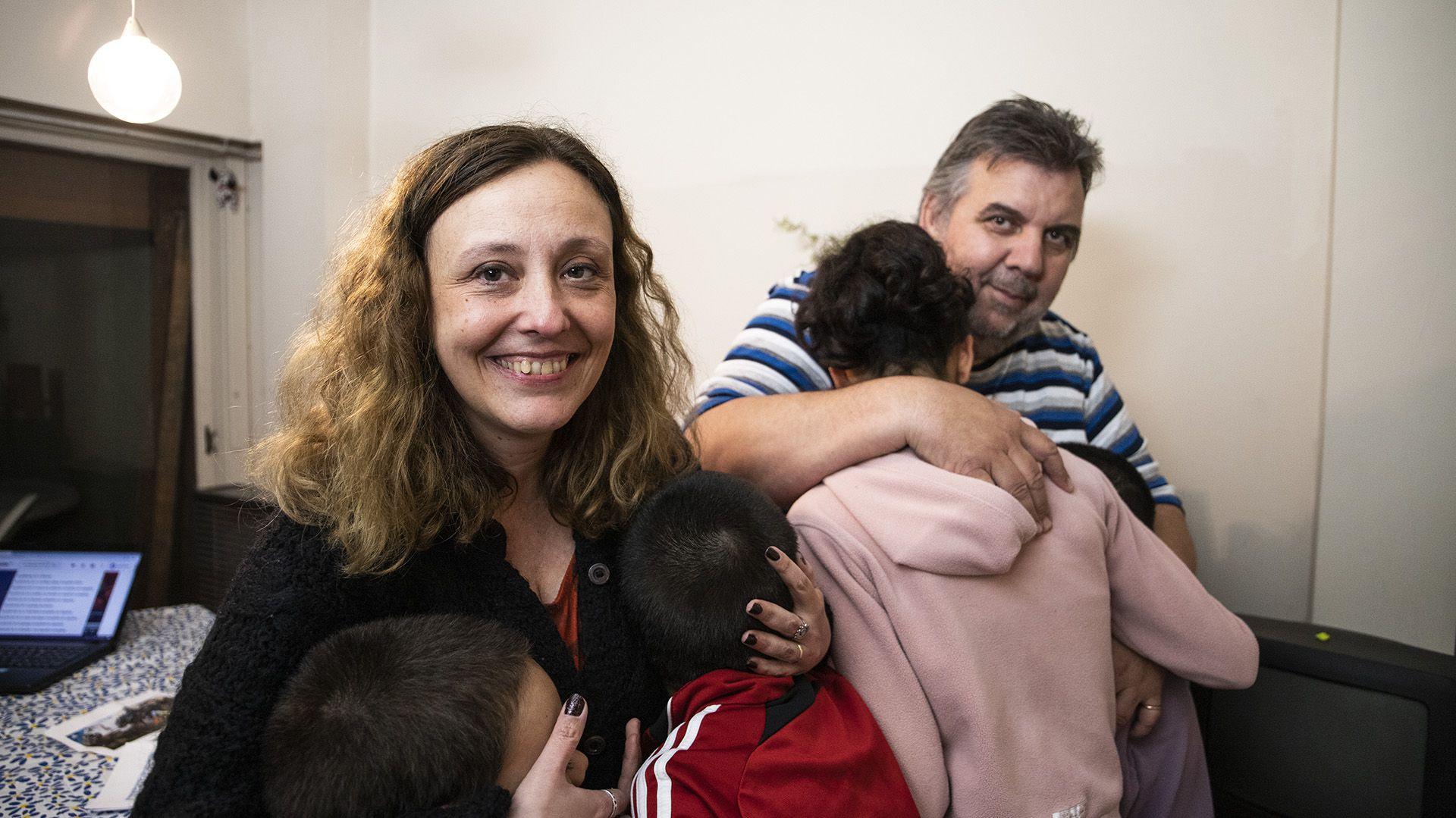 Carmina y Alberto deben enfrentar situaciones de discriminación con sus hijos
