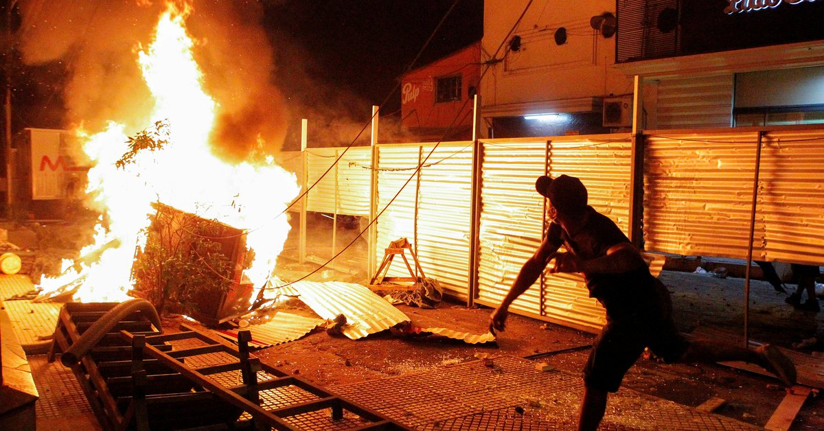 Disturbios en Paraguay durante una masiva protesta contra Abdo Benítez: una persona murió y otras 18 resultaron heridas - Infobae