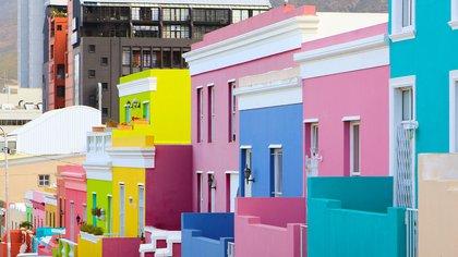La mayoría de las coloridas casas en el área de Bo-Kaap de Ciudad del Cabo fueron construidas en la década de 1760 como 'huurhuisjes' o casas de alquiler para esclavos. Se cree que cuando llegó la libertad, los antiguos esclavos las pintaron de colores brillantes para simbolizar la alegría