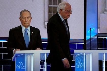 Bernie Sanders camina detrás de Bloomberg en el debate (REUTERS/Mike Blake)