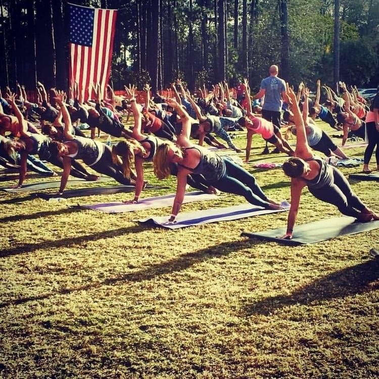 Nevins enseña una clase de yoga en 2015 en el Festival de la Libertad en Pinehurst, NC Foto: (Wounded Warrior Project)