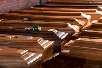 Ataúdes con los muertos por coronavirus se acumulan en la Iglesia del cementario de Serravalle Scrivia en Alessandria, Italia (REUTERS/Flavio Lo Scalzo)