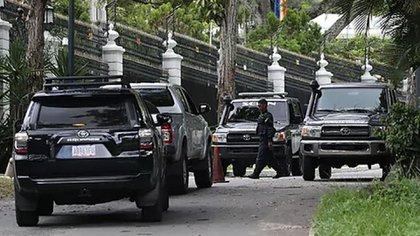 Funcionarios del Sebin en las inmediaciones de la Embajada de España en Caracas (ARCHIVO)