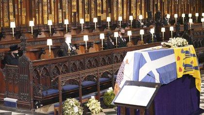 La reina Isabel II, se sentó sola en la capilla de San Jorge. A su izquierda, el príncipe Andrés, la Princesa Ana, y el vice almirante  Timothy Laurence frente al féretro del Duque de Edimburgo (AP)