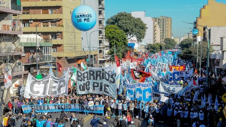 Una de las movilizaciones de las organizaciones sociales enel centro porteño (Foto: Télam)