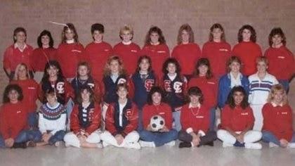 El equipo de fútbol de la escuela secundaria que firmó la pelota. (Lorna Onizuka)