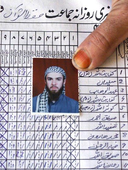 "La libreta de asistencia de Lindh a la ""madrassa"", o escuela islámica, en Bannu, Pakistán (Reuters)"