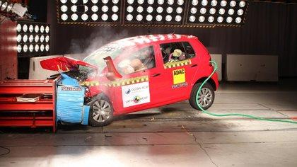 Los vehículos viajan a 65 kilómetros por hora e impactan en el 40% del frente