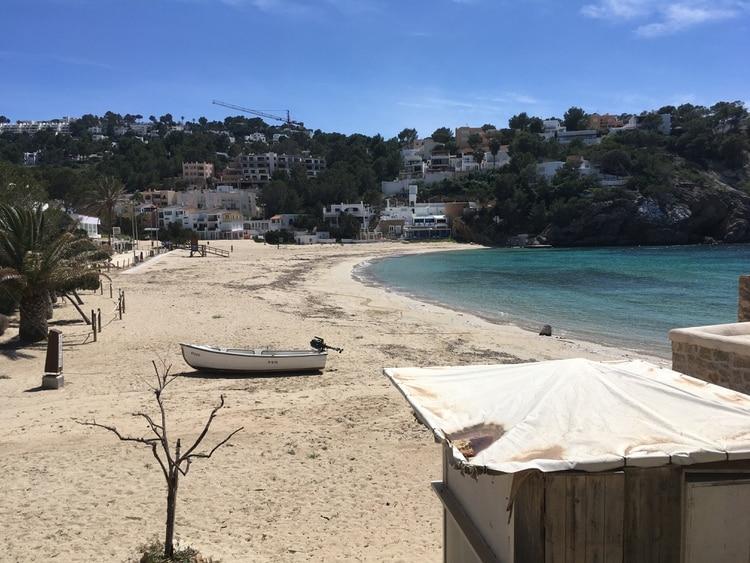 Debido a que en España decretó el encierro el 12 de marzo por la pandemia de COVID-19, las fuentes de agua, como las piscinas, no han sido tratadas y muchos hoteles y villas de vacaciones quedaron desiertos