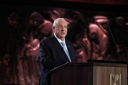 """El presidente israelí, Reuven Rivlin, detrás del podio. """"En Auschwitz, Zinovy Tolkachev, un artista judío y soldado del ejército rojo, escribió repetidas veces en un papel: """"Para que recordemos. Para que no olvidemos. Hoy estamos aquí, reyes, líderes, jefes de Estado, en Yad Vashem. Para recordar, para no olvidar. En nombre del pueblo judío y como presidente del estado de Israel, les agradezco desde el fondo de mi corazón por haber venido"""", reza un pasaje de su discurso. Foto: Abir Sultan/Pool via REUTERS"""