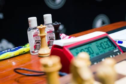 """Toallas húmedas y alcohol en gel junto a los tableros, donde los participantes se estrechan las manos tras el encuentro, aunque la organización destacó que el saludo previo y final entre los ajedrecistas """"es opcional"""". (FIDE)"""