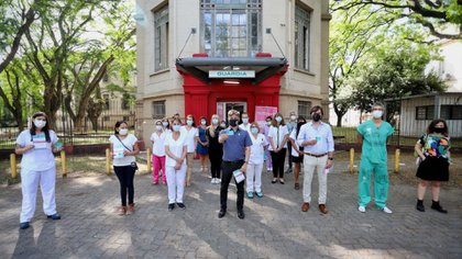 El gobernador bonarense, Axel Kicillof, el viceministro de Salud, Nicolás Kreplak, y el personal sanitario que recibió la primera dosis de Sputnik V