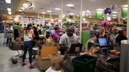 Largas colas en los supermercados de Miami, ante la posible llegada de Irma (Infobae)