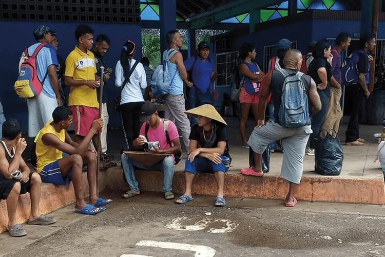 Mineros aguardan transporte en el terminal de El Callao. Fotos: Lorena Meléndez
