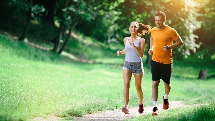Aquellas personas que no pueden realizar actividad física durante la semana, se recomienda que lo hagan durante el fin de semana (Getty Images)