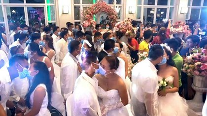 """En medio de los temores al nuevo coronavirus, más de 200 parejas dieron el """"sí quiero"""" en una boda masiva en Filipinas... todos cubiertos con mascarillas quirúrgicas."""