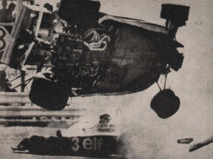 Volando en el espectacular accidente que tuvo con Ronnie Peterson en Fuji, Japón, en 1977 (Archivo CORSA).