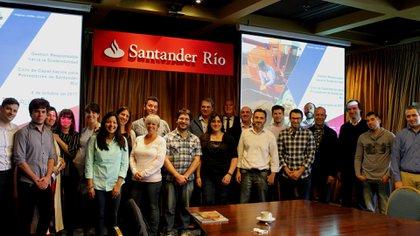 Proveedores de Santander Río posan luego de haber iniciado su curso de capacitación