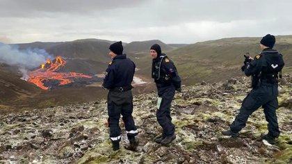 Por el momento, las autoridades no informaron de que haya caído ceniza, pero podrían producirse fragmentos de tefra (magma solidificado) y emisiones de gas (AP)