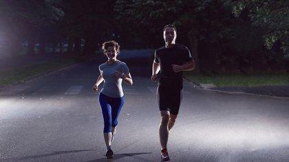 Para protegerse del coronavirus, los deportistas deben mantener una distancia de al menos dos metros entre si (Shutterstock)