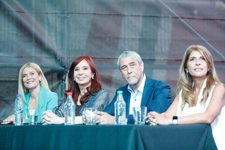 La vicegobernadora Verónica Magario, la vicepresidente Cristina Kirchner el intendente de Avellaneda Jorge Ferraresi, y su esposa Magdalena Sierra
