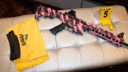Uno de los rifles presuntamente pertenece a una mujer porque es de color verde y rosa
