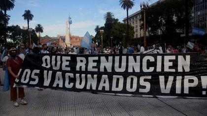 Banderas en repudio al caso del vacunatorio Vip (Nicolás Stulberg)