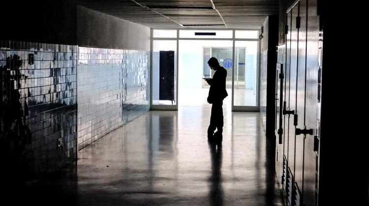 Los pasillos de los hospitales, únicamente iluminados por la luz solar(AFP)