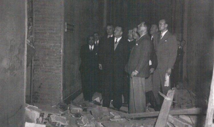 El presidente Perón examina los daños ocurridos por el bombardeo del 16 de junio