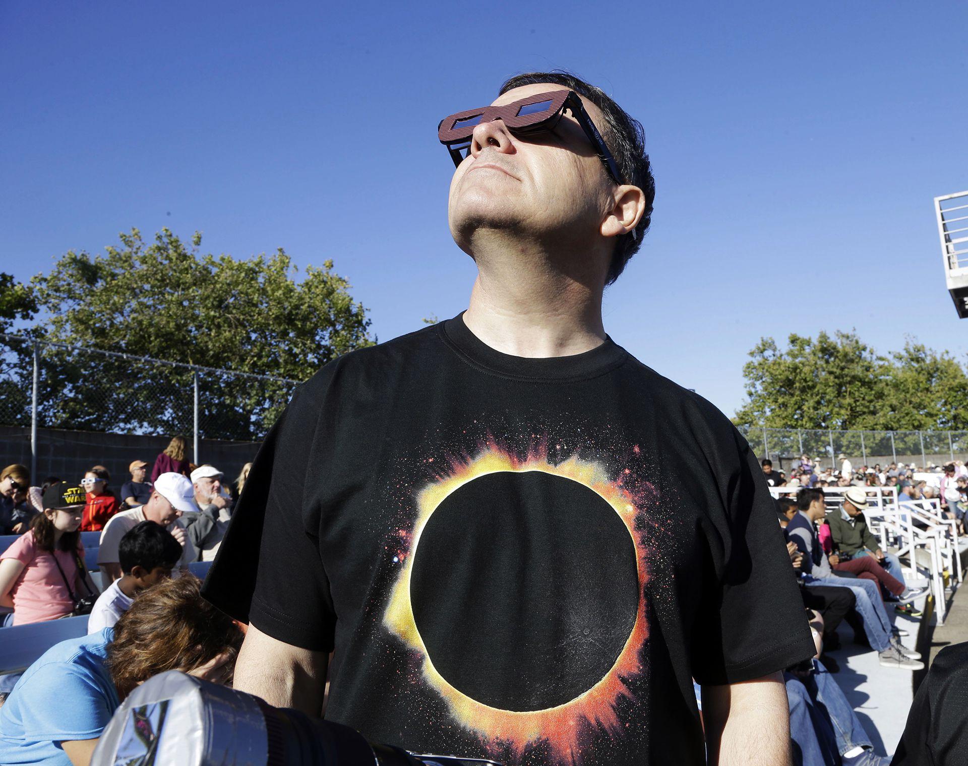Mirar directo al eclipse sin la protección adecuada puede ser perjudicial para la visión (AP Photo/Don Ryan)