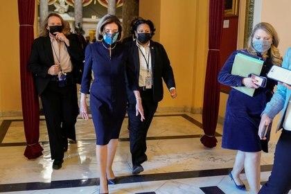 La presidenta de la Cámara de Representantes, Nancy Pelosi, camina hacia la sala del organismo mientras los demócratas analizan un artículo sobre una impugnación contra el mandatario Donald Trump, en el Capitolio, Washington, EEUU. Enero 13, 2021. REUTERS/Joshua Roberts